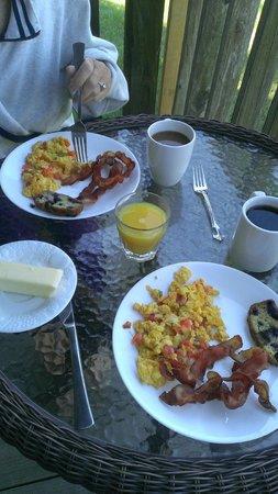 Sunset Condominiums : Breakfast on the patio.