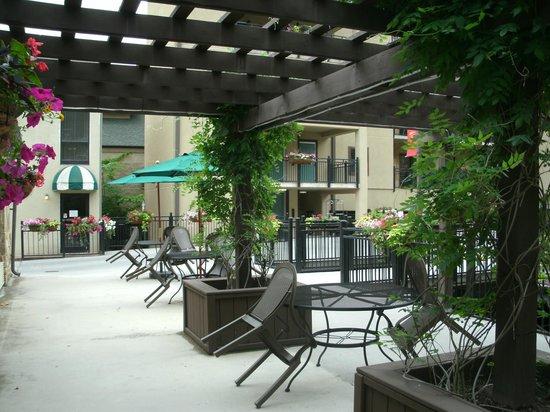 Gatlinburg Town Square Resort By Exploria Resorts : Courtyard between the buildings.