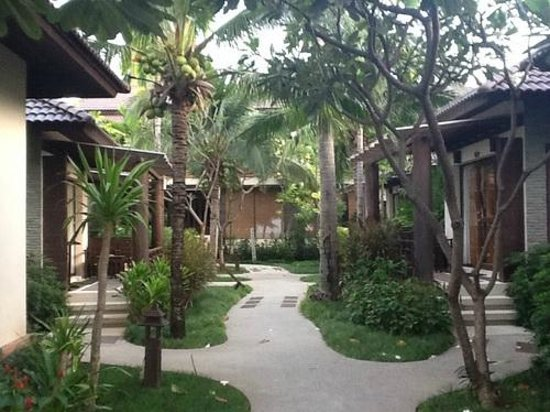 Baan Chaweng Beach Resort & Spa : Pathway to the beach villas on either side