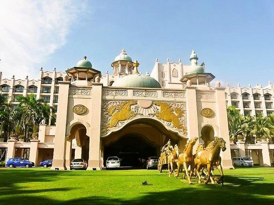 Palace of the Golden Horses: ホテル正面