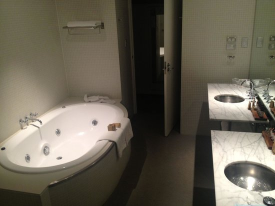 Walsh Bay Suite 116 spa bath Picture of Pier One Sydney – Pier One Bathroom
