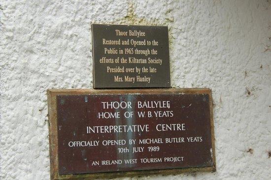 Thoor Ballylee: Ein paar Schilder bleiben  zum Anschauen