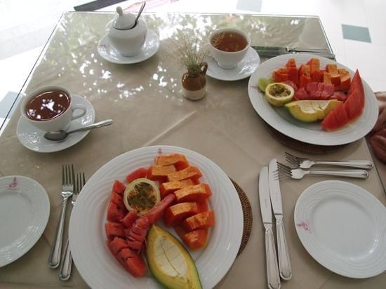Austrian Beach Resort: Breakfast - best papaya ever!
