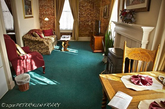 Bishop Victorian Hotel: Living room with doorway to bedroom on right