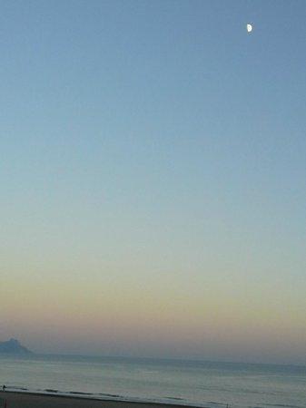 Hotel Mediterraneo : vista serale dalla stanza - al chiaro di luna - della spiaggia e del mare