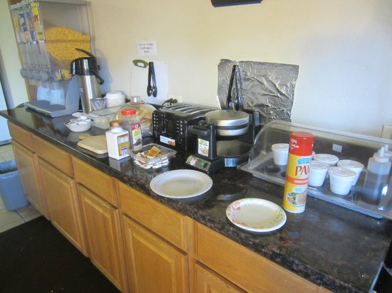 Travelodge Seattle North/Edmonds: Toast, waffles, & cereal