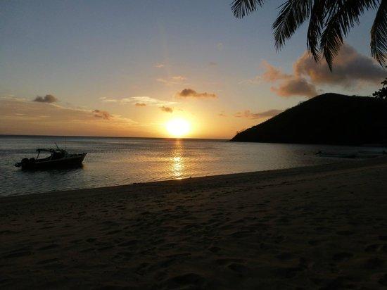 White Sandy Beach Dive Resort: Sonnenuntergang (Sicht aus Hängematte)