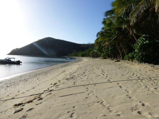 White Sandy Beach Dive Resort: Strand direkt am Resort