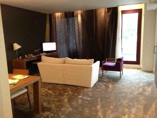 Hotel Enclave: Salon de la suite... enorme!