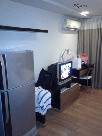 I Residence Hotel Sathorn : fridge & tv
