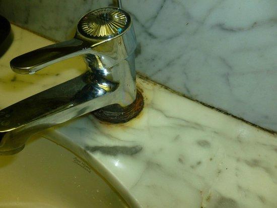 Beijing Wangfu Hotel: Rusted taps