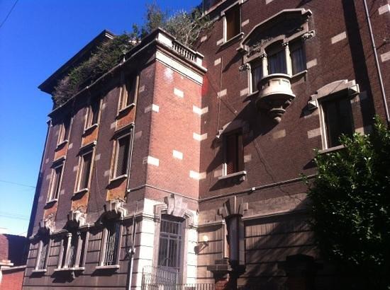 Black and White Hostel: hostel from outside