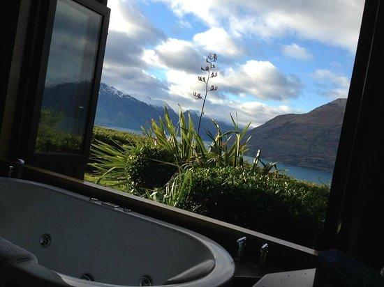 Azur : Fabulous view from the bath tub overlooking Lake Wakatipu & Cecil Peak