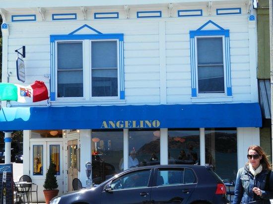Angelino Restaurant : L'entrata del ristorante sul lungomare