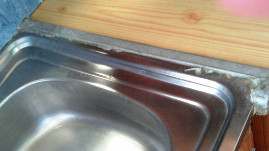 Bare Hill Holiday Village: Dirt and grease around the sink