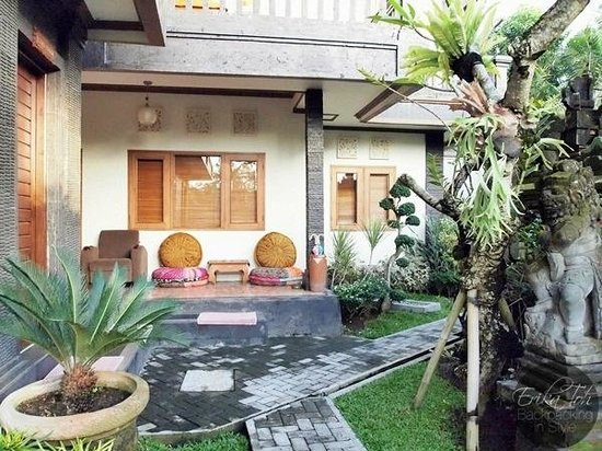 Bayu Guest House: A beautiful pathway to the rooms