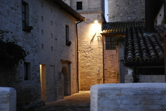 Locanda del Monte: Il cortile interno che da sulla chiesa medievale