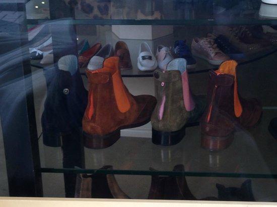 Goethestrasse: 今年の冬はカラースエードのブーツが。