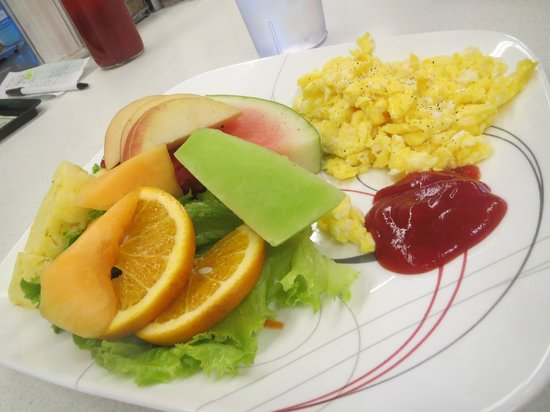 Oscar's Cafe: Fruit salad with scrambled eggs