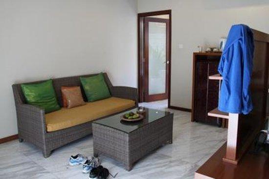 Abi Bali Resort & Villa: Sitzlounge im Zimmer mit Kühlschrank, TV