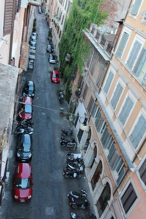 Dimora Storica Urbana Roma: Street from our room