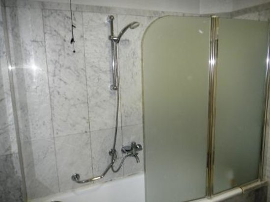 Kursaal Hotel: doccia di una jumior suite (???!!!)