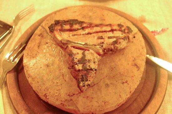Braceria Signorile: Veal served in rose salt stone...excellent!!