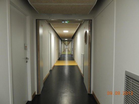 Yves Robert Hostel: Corredor do hostel