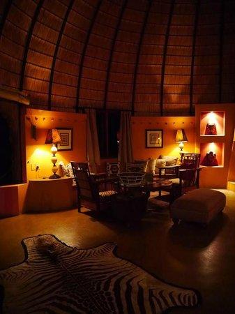 Hoyo-Hoyo Safari Lodge: living room