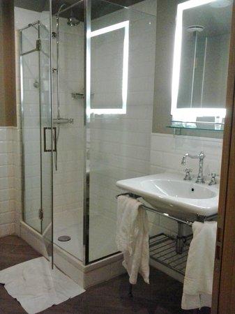 UNA Palazzo Mannaioni : bagno con ampio spazio doccia