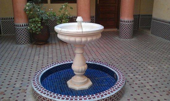 Hotel Cecil Marrakech: fountain in courtyard
