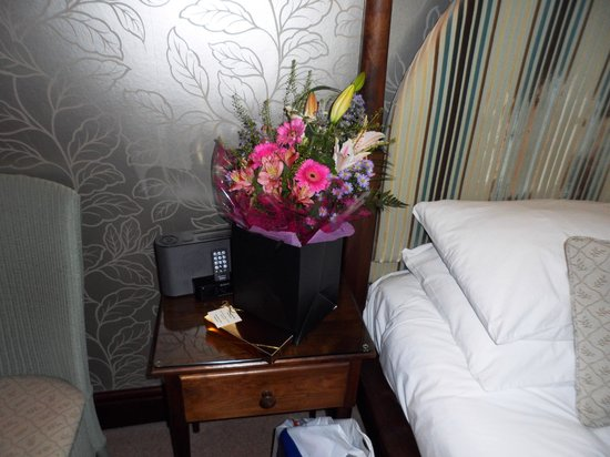 Cedar Manor Hotel and Restaurant: Flowers and Chocolates