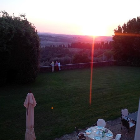 Pratello Country Resort: The sun setting overlooking the terrace before dinner