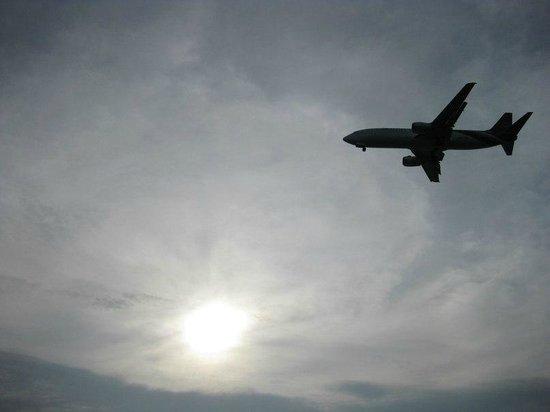 Big Buddha Cafe (BBC) : Самолёты ничуть не мешают, наоборот, интересно за ними наблюдать и они вносят особую атмосферу.