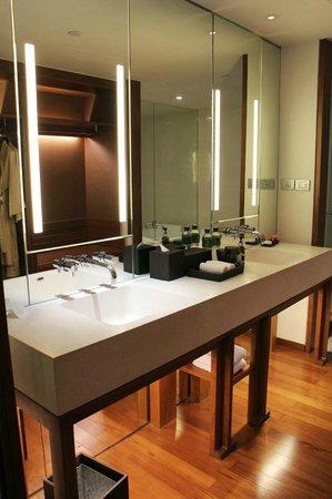 Hansar Bangkok Hotel: 洗面