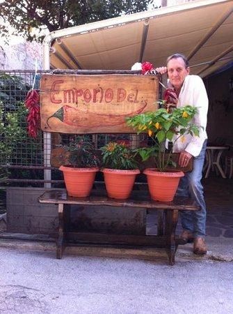 Dal Conte al Picio Matto: il Conte con qualcuna delle piante di peperoncino da lui coltivate