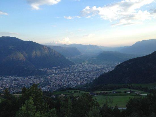 Hotel Belvedere: Ausblick vom Balkon auf Bozen und Berge