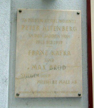 Graben Hotel: Tafel an der Hausmauer über berühmte Hotelgäste