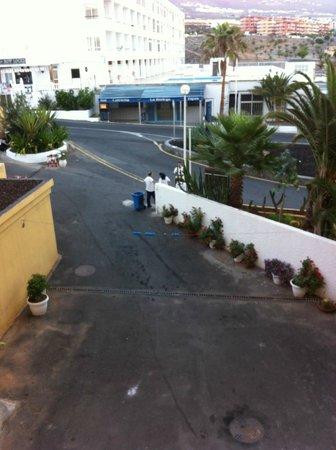 Atlantic Holiday Hotel: employés le matin a 7 h qui parlent et fument