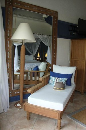 Paradise Cove Boutique Hotel: lovely daybed in our room