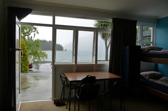 Bumbles Backpackers : Nice view of Lake Wakatipu from room