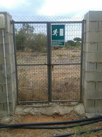 Camping El Faro : salida de emergencia con candado y cerrado