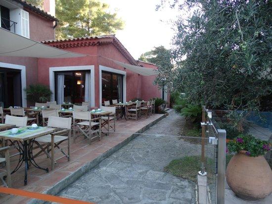 Les Jardins de Cassis : Le petit déjeuner à l'extérieur et près de la piscine