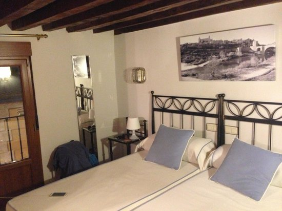 Hostal La Posada de Zocodover: Our small but very cute, clean and just adorable room