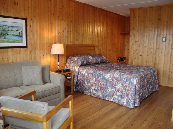 Bay Vista Motel: Queen with Love Seat 14 & 15