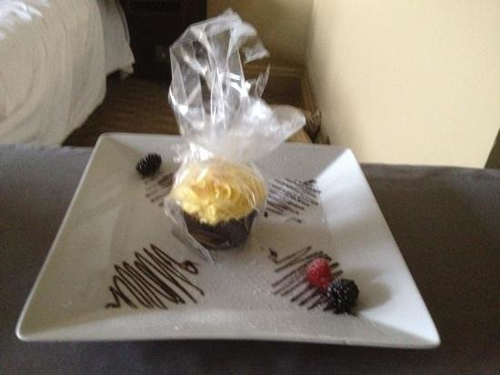 Radisson Blu Edwardian Grafton Hotel: birthday cake!
