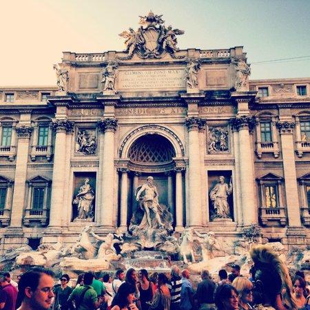Residenza Domiziano: fountain de trevi is walking distance