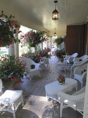 Lalor Estate Inn: Beautiful porch area