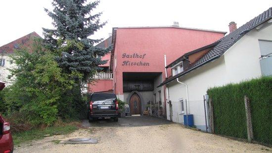 Gasthof Hirschen : achterkant hotel, ruime parkeerplaats