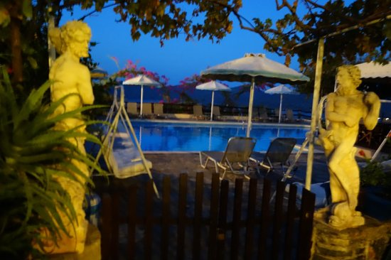 Elounda Heights Apartments and Studios : Swimming Pool by night
